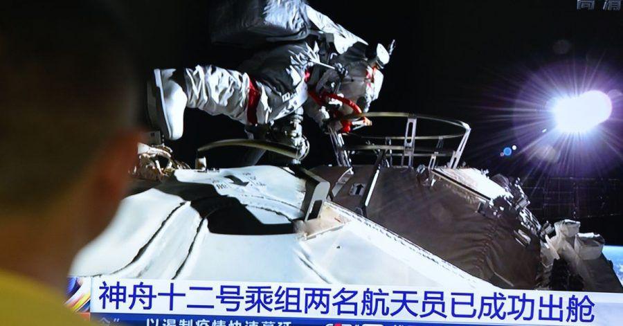 Fernsehbild der Live-Übertragung des Weltraumspziergangs der beiden chinesischen Astronauten.
