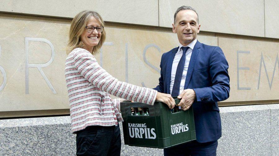 Die britische Botschafterin Jill Gallard nahm die flüssigen Wettschulden von Heiko Maas entgegen. (jom/spot)