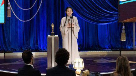 Chloé Zhao bei den Oscars 2021 während der Verleihung des Regiepreises. (wue/spot)