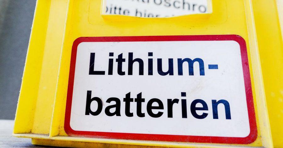 Lithium-Ionen-Akkus und andere Batterien für den Hausgebrauch müssen in Behältern im Einzelhandel oder auf Recyclinghöfen entsorgt werden.