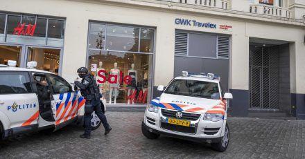 Polizei steht vor dem Studio von RTLBoulevard (oben r) am Leidseplein, das evakuiert wurde.