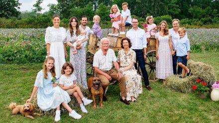 König Carl XVI. Gustaf (Mitte) freut sich über das Wiedersehen mit seiner ganzen Familie. (jom/spot)
