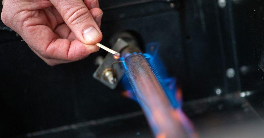 Die Flammenfarbe bei einem Gasgrill hängt meist von der Luftzufuhr ab. Schmutzige Brenner oder ein defekter Druckregler können sie verändern.