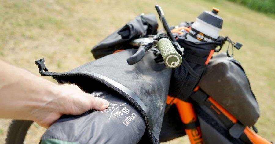Leichtes Equipment wie dieses nur knapp 800 Gramm wiegende Ein-Mann-Zelt sind in der Lenkerrolle gut untergebracht. Lenken lässt sich das Finder so noch ganz normal.