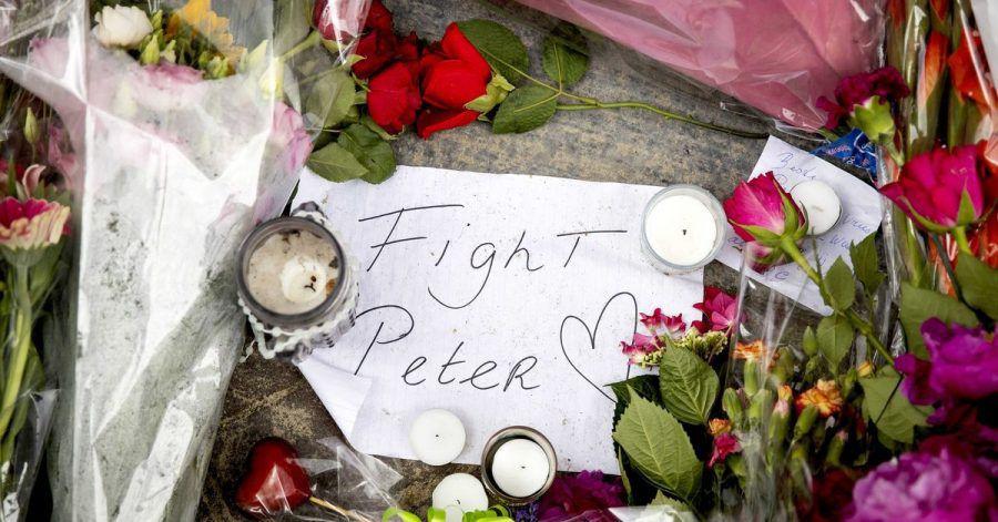 """Blumen, Kerzen und eine Botschaft mit """"Fight Peter"""" liegen am Tatort."""