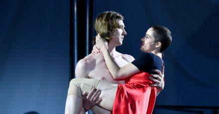 Jedermann (Lars Eidinger)hält die Buhlschaft (Verena Altenberger) in den Armen.