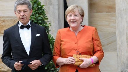 Angela Merkel mit ihrem Ehemann Joachim Sauer bei den Bayreuther Festspielen 2021. (dr/spot)
