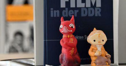 Die Figuren Herr Fuchs (l) und das Sandmännchen aus dem DDR-Kinderfensehen.