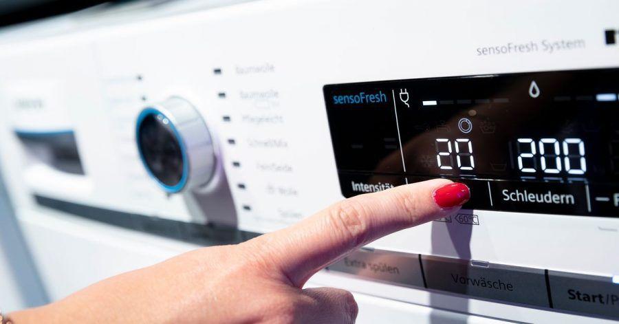 Energie einsparen: Beim Betrieb der Waschmaschine sollten Sie eine niedrige Temperatur sowie ein Eco-Programm wählen.