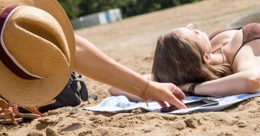Wer sein Handy beim Freibadausflug nicht im Auge behält, geht bei einem Diebstahl leer aus. Wird das Gerät im Spind im Schwimmbadgebäude eingeschlossen, greift beim Einbruch meist die Hausratpolice.