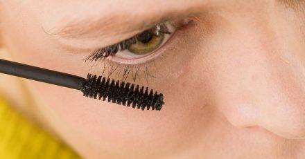 Der Preis sagt nichts über die Qualität einer Volumen-Mascara aus. Im Test erhielten sowohl das teuerste Produkt als auch eines der günstigeren das Prädikat «gut».