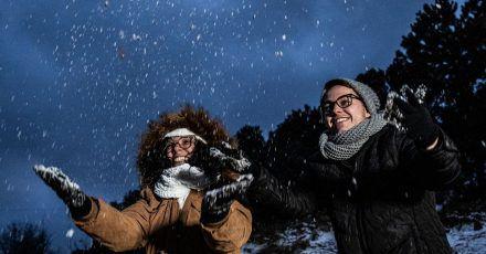 Zwei junge Frauen freuen sich in Sao Joaquim-Urupema im Bundesstaat Santa Catarina über Schnee.