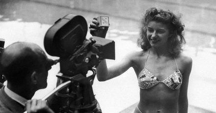 Micheline Bernardini, eine Nackttänzerin des Pariser Casinos, präsentiert am 5. Juli 1946 in einem Schwimmbad in Paris den ersten Bikini, den der französische Ingenieur Louis Reard entwickelt hatte. Zunächst erhielt das als schamlos empfundene Kleidungsstück vielerorts Badeverbot.