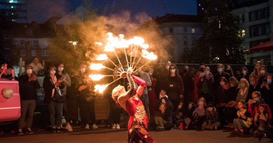 Eine Feuerkünstlerin präsentiert ihr Können.