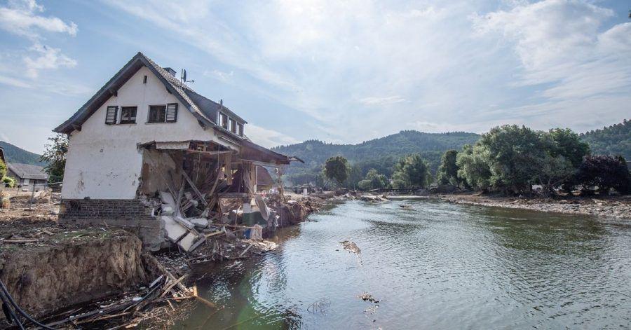Ein nach der Hochwasserkatastrophe völlig zerstörtes Haus steht am Ufer der Ahr. Helfer versuchen die Straßen in den weitgehend zerstörten Orten wieder befahrbar zu machen.