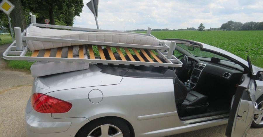 Mit einem ungesicherten Bettgestell und zwei Matratzen auf dem offen gefahrenen Cariolet hat die Polizei inNettetal einen Fahrer gestoppt.