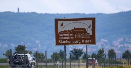 Die braunen Hinweistafeln an den Autobahnen sollen für touristische Ziele werben. Im Harz etwa verlocken fliegende Hexen zu einem Abstecher.