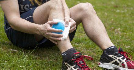 Kühlen hemmt nach einem Schlag aufs Bein das Anschwellen und lindert die Schmerzen.