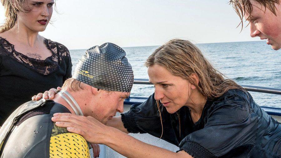 """""""Praxis mit Meerblick: Der einsame Schwimmer"""": Nora (Tanja Wedhorn) kümmert sich um den Triathleten Jonas Prill (Helgi Schmid). (cg/spot)"""