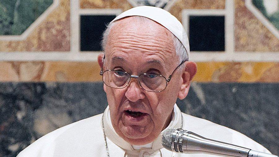 Papst Franziskus muss sich einer Darm-OP unterziehen. (jom/spot)