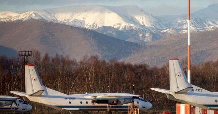 Passagierflugzeug vom Typ An-26 mit der gleichen Bordnummer wie das vermisste Flugzeug 2020 auf dem Flughafen Elizovo.