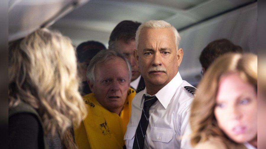 """""""Sully"""": Kapitän Sullenberger (Tom Hanks, M.) hilft selbst, alle Passagiere aus einer notgewässerten Maschine zu evakuieren. (cg/spot)"""