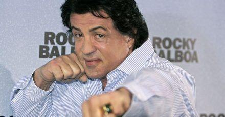 "Sylvester Stallone 2007 in Boxer-Pose bei der Präsentation seines Films ""Rocky Balboa""."