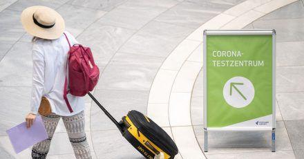 «Corona-Testzentrum» steht auf einem Schild am Stuttgarter Flughafen.