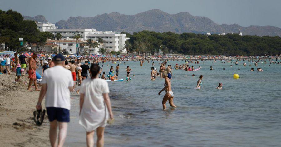 Der Strand Playa de Muro im Norden von Mallorca ist gut besucht.