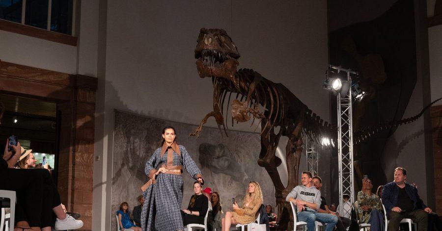Coole Location: Show des Designers Samuel Gärtner im Senckenberg Museum vor dem Skelett eines Tyrannosaurus.