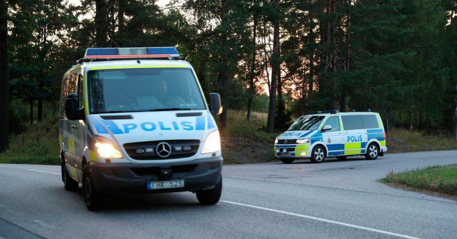 Zwei Polizeiautos verlassen das Gelände des Hallby-Gefängnisses in der Nähe von Eskilstuna, Schweden.