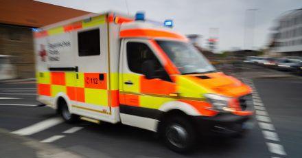 Aus guten Gründen sind Rettungswagen im Einsatz eilig unterwegs - doch auch dann gelten bestimmte Sorgfaltspflichten.