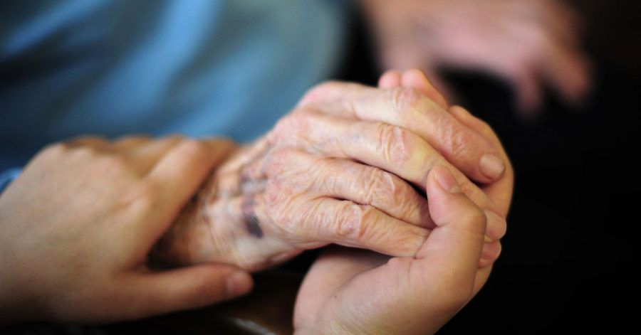 Viele ältere Menschen werden in häuslicher Gemeinschaft von einer Betreuungskraft versorgt.