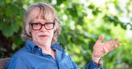 Helge Schneider, Musiker, spricht in seinem Garten mit einem Journalisten.