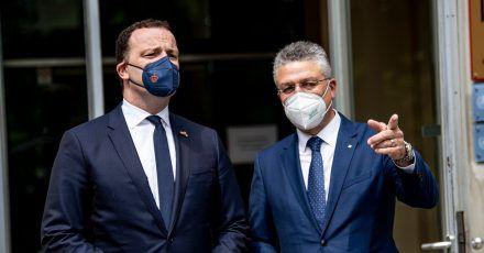 Gesundheitsminister Jens Spahn und RKI-Chef Lothar Wieler vor dem Robert Koch-Institut in Berlin.