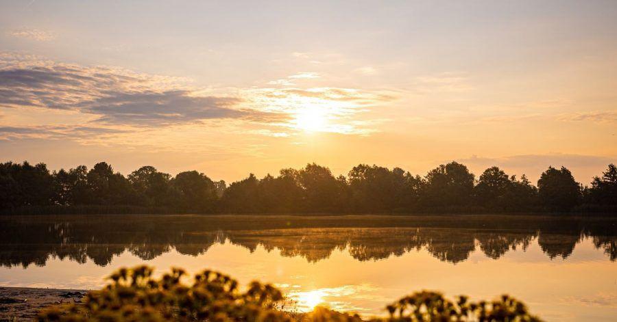 Die Sonne geht am Sonntagmorgen über dem Hufeisensee in der Region Hannover auf.