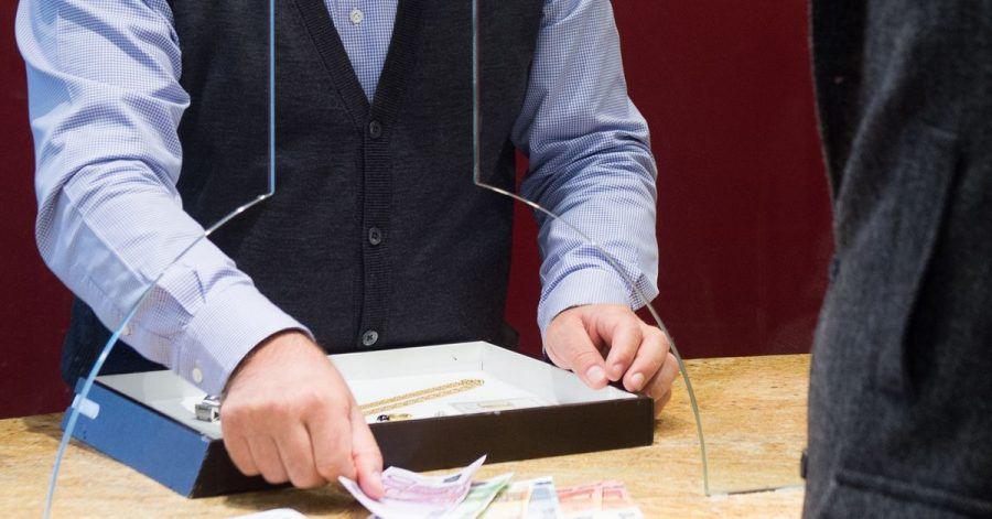 Geld gegen Pfand - ein solcher Kredit ist in der Regel unkompliziert. Wegen der Kosten lohnt er aber nur kurzfristig zur Überbrückung.