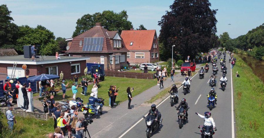 Motorradfahrer fahren am Haus des krebskranken Kilian vorbei.