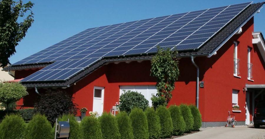 Wer eine kleine Photovoltaikanlage hat, kann bei seinem Finanzamt beantragen, dass ein Liebhabereibetrieb vorliegt. Für die Anlage nuss dann keine Einnahmen-Überschuss-Rechnung mehr abgegeben werden.