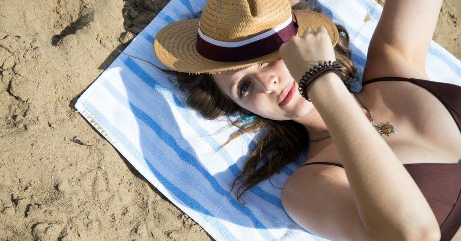 Milde Temperaturen und eine leichte Brise lassen uns gerade am Strand oft die Kraft der Sonne unterschätzen.