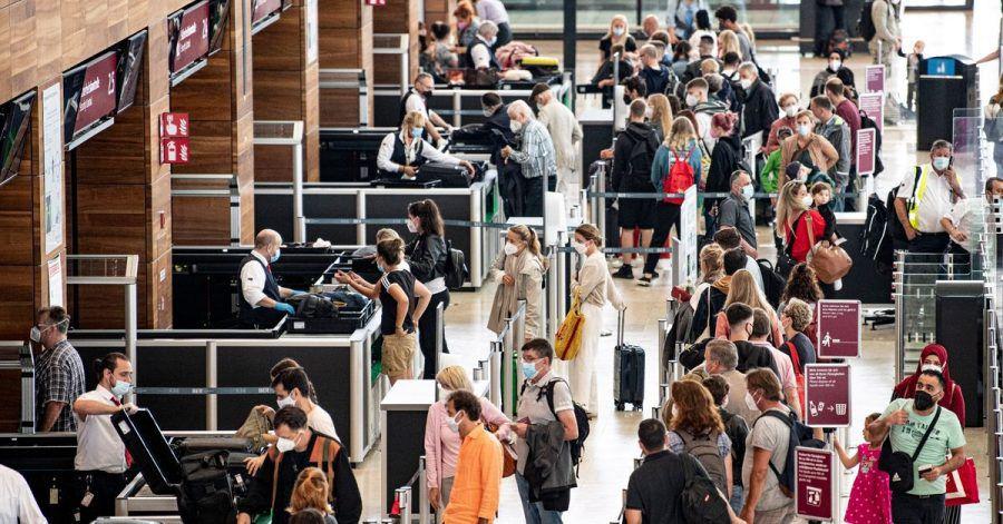 Fluggäste der Lufthansa sollten sich auf lange Wartezeiten beim Check-In einstellen.