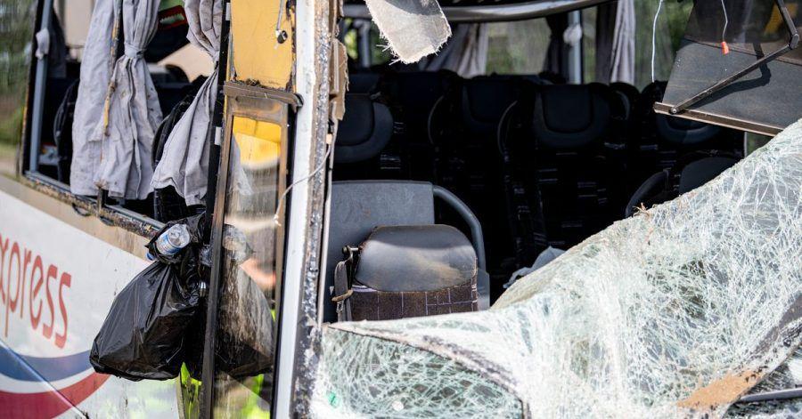 Die Scheiben des verunfallten Bus sind eingeschlagen. Der Bus ist an der Raststätte am Bugkgraben an der Autobahn 13 bei Schönwalde in einen Graben gekommen und umgefallen.