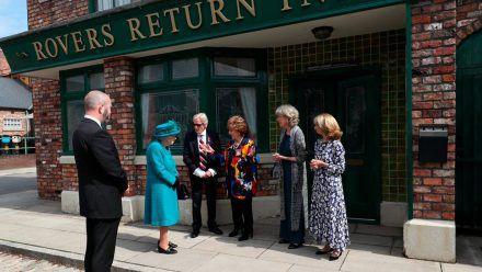 """Queen Elizabeth II. traf bei ihrem Set-Besuch auch auf Darsteller der Soap """"Coronation Street"""". (wag/spot)"""