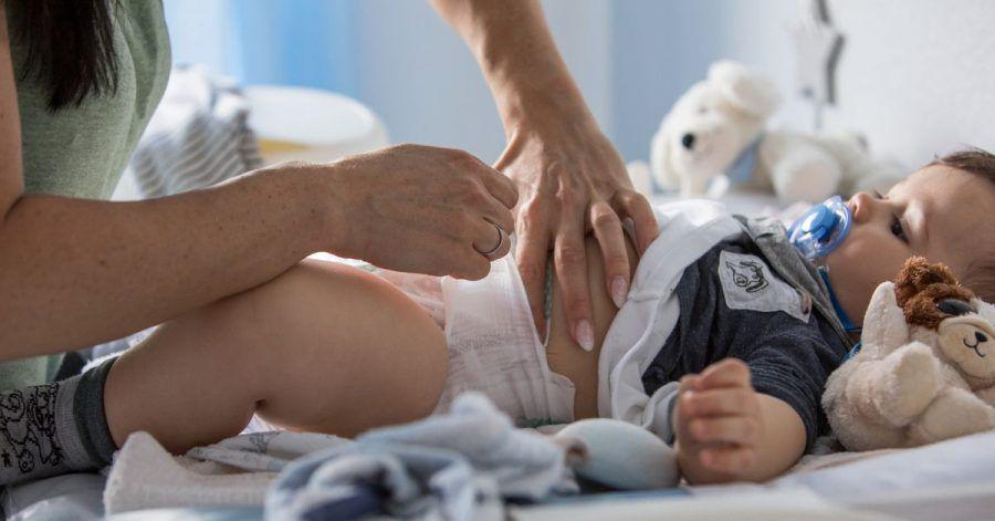 Jahrelang wickeln Eltern ihre Kinder - da ist ihnen ein dichter und gut handhabbarer Schutz wichtig. Und die Haut soll schön trocken bleiben in der Windel.