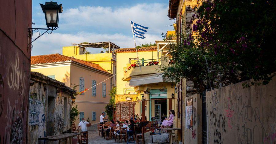 Straßenszene in Griechenland: Wegen steigender Corona-Zahlen gelten wieder strengere Maßnahmen - etwa für Restaurants.