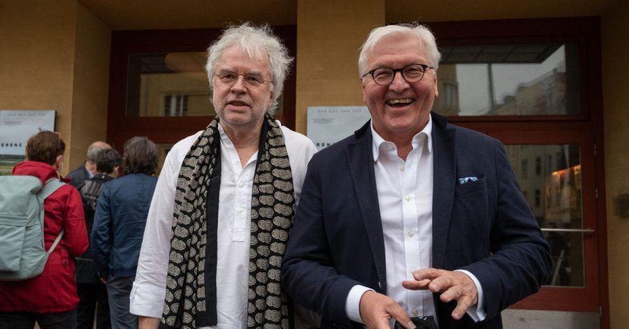 Frank-Walter Steinmeier (r), Bundespräsident, und Andreas Voigt, Regisseur des Dokumentarfilms «Grenzland», bei der Kinopremiere in Berlin.