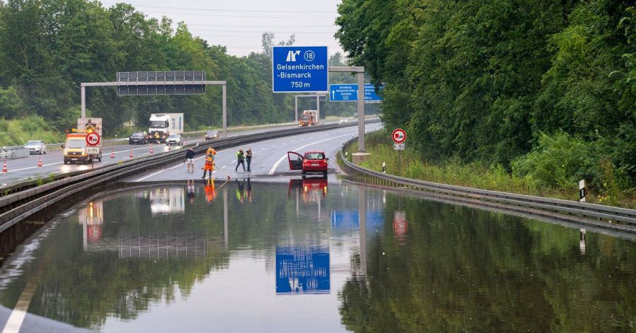 Unwetter haben am Donnerstag in mehreren Regionen Deutschlands Keller und Straßen unter Wasser gesetzt. Im Ruhrgebiet bei Herne wurde die Autobahn 42 überschwemmt.