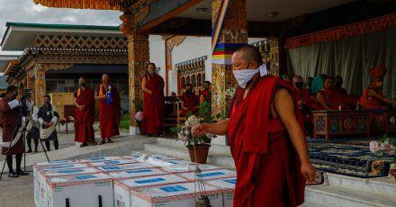 Mönche des Klosters von Paro führen ein Ritual durch, nachdem 500.000 Dosen des von den USA gespendeten Corona-Impfstoffs von Moderna am internationalen Flughafen von Paro ankamen.