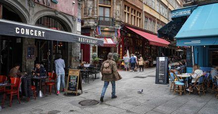 In Frankreich wird der Zugang zu Fernzügen, Reisebussen, Restaurants und Cafés ohne einen Test-, Impf- oder Genesungsnachweis künftig verwehrt.