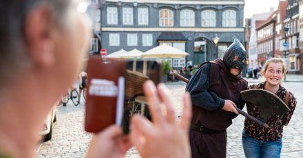 In seiner braunen Kutte führt der Scharfrichter Meister Hans durch die Altstadtgassen von Lüneburg.